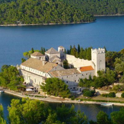 Otocic_i_samostan_Sv_Marija_u_Velikom_jezeru_1-700x525